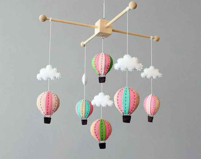 vierflügeliges Mobile-Modell mit Balons aus Watte