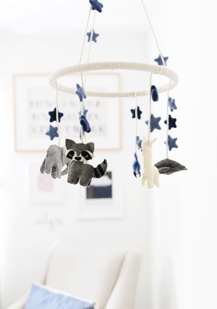 diy deko für das babyzimmer, mobile nähen, babyzimmerdeko selbstgemacht, kleine tiere aus filzstoff