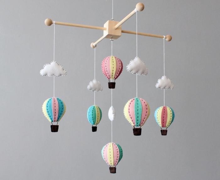 mobile nähen, weiße wolken, bunte heißluftballons aus wollfilz, babyzimmer dekorieren