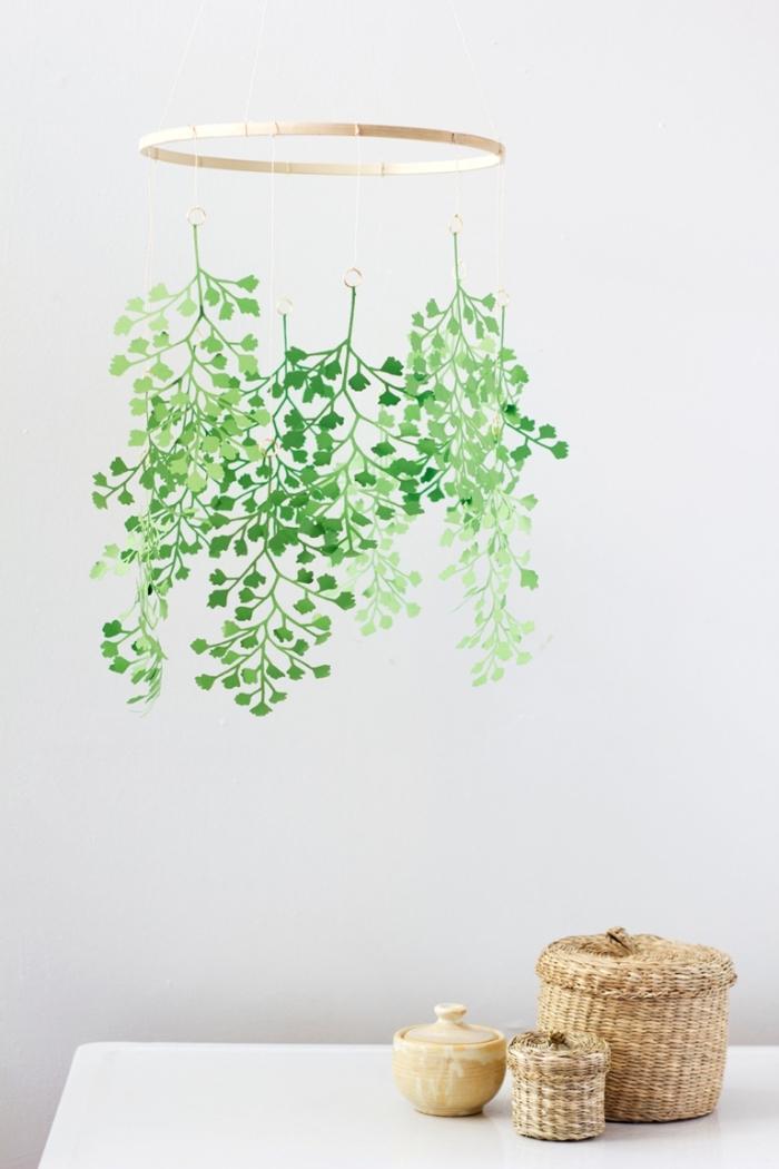mobile selber basteln, schritt für schritt anleitung, deko aus holzring und zweige aus grünem papier