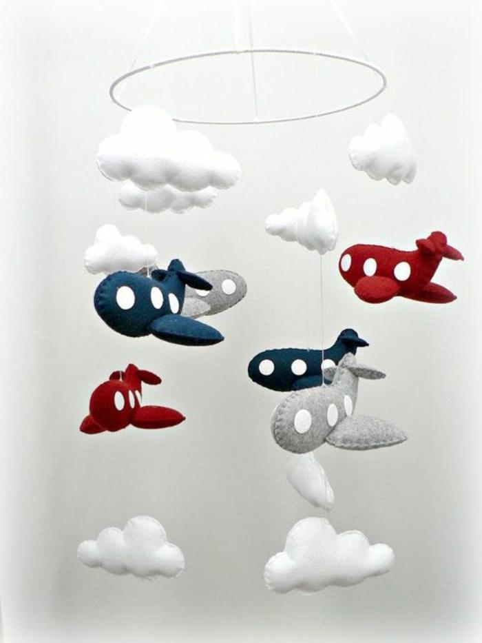 Mobile Modell mit roten und blauen Flugzeugen aus Watte