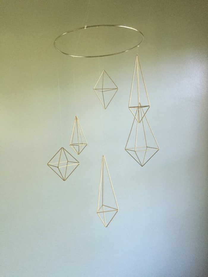 Mobille aus Metall mit unterschiedlichen geometrischen Formen