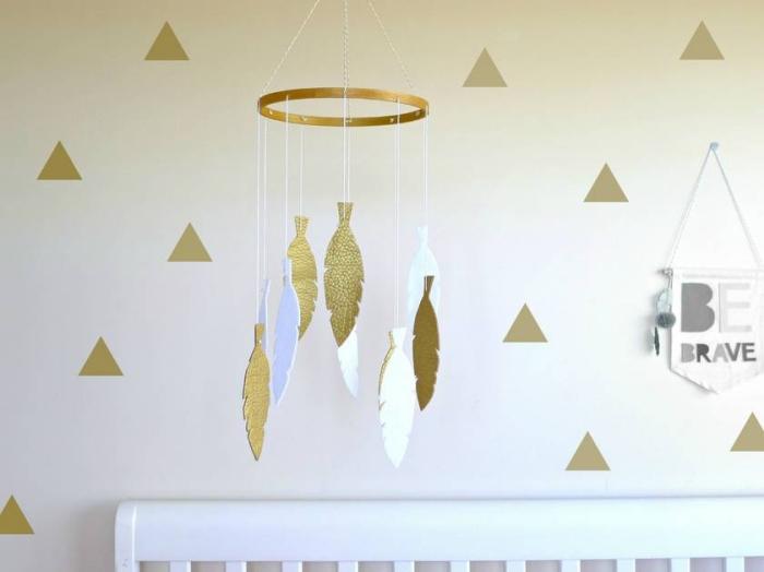 mobile selbst basteln ideen, weiße und goldene feder, diy deko fürs babyzimmer, babyzimmerdeko diy