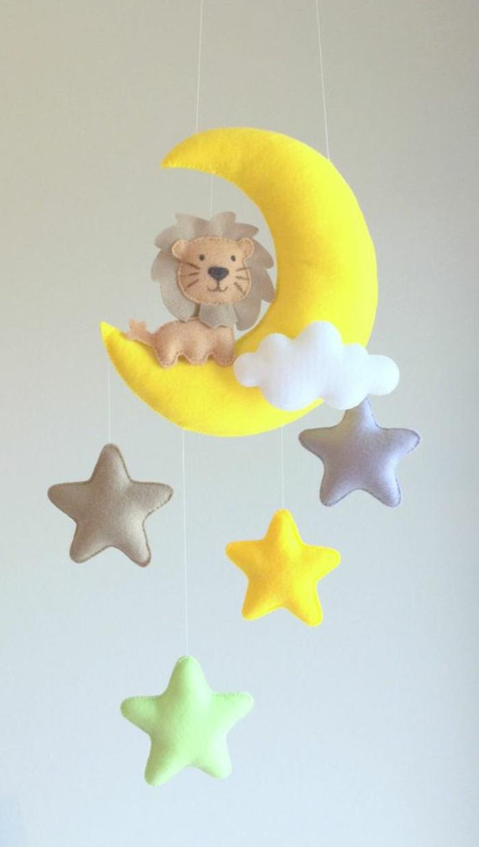 Mobile aus Watte und Plüsch mit Sternen, Mond und Löwe
