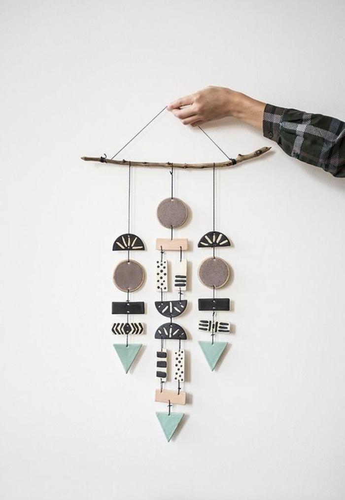 ein abstraktes Modell von Mobile aus Plastik und Holz