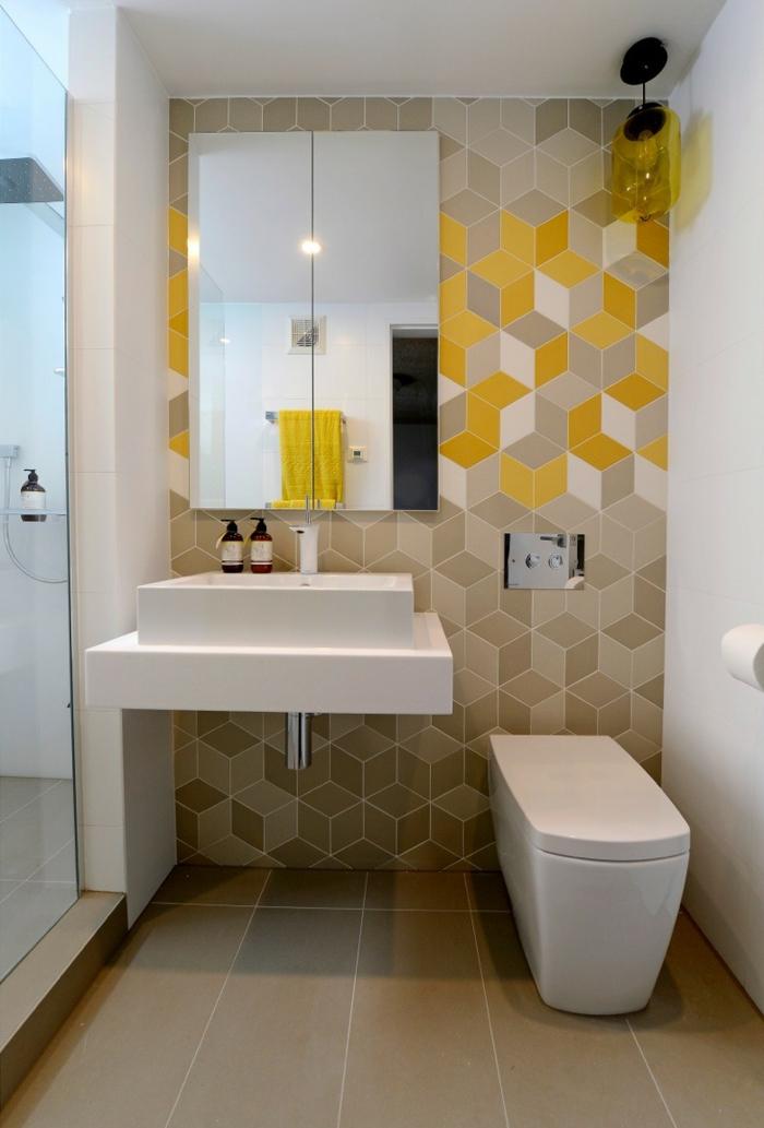 kleines Badezimmer mit geometrische Badfliesen mit gelben Motive, modernes Waschbecken