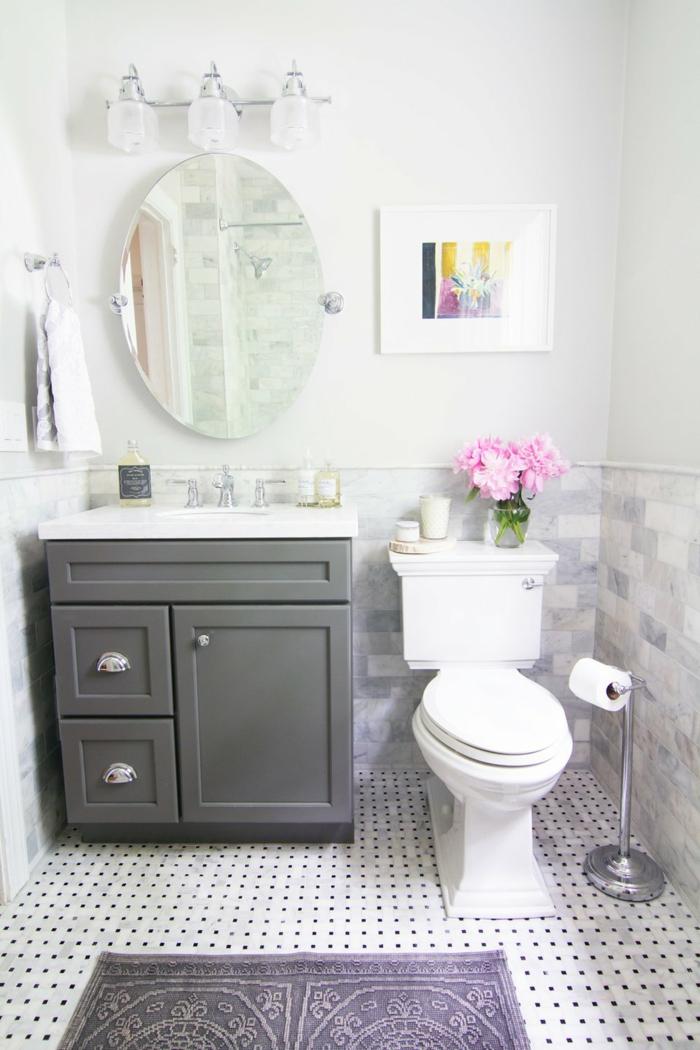 runder Spiegel ohne Rahmen, zwei Arten von Badfliesen, an den Wänden und am Boden