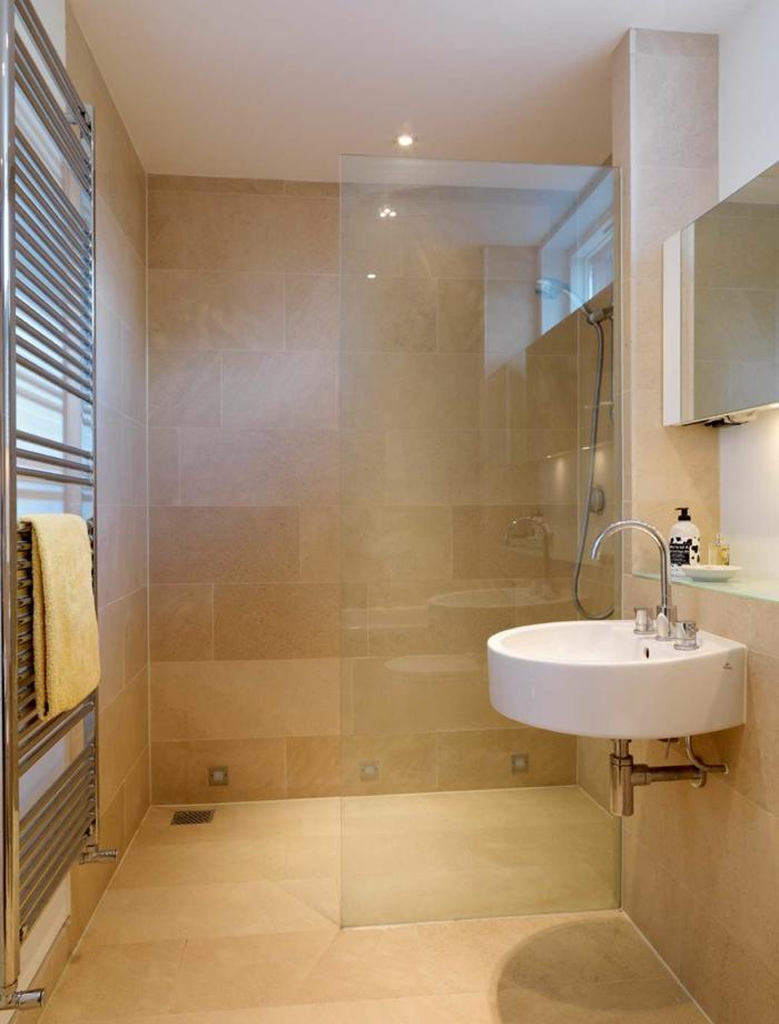 Spiegel Glaswand als Raumteiler von Duschkabine, orange große Badfliesen