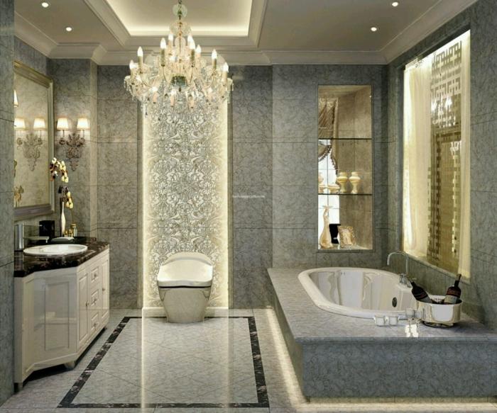 elegantes Badezimmer mit modernen Badfliesen, luxuriöses Design, Kronleuchter