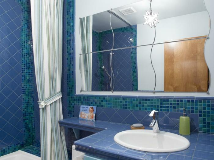 blaue Badfliesen, als ob man in einem Schwimmbecken wäre - mit Leuchten