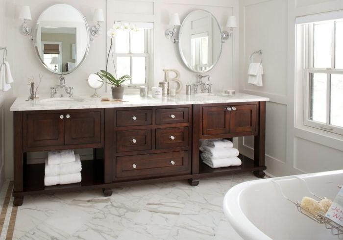 Wellness-Hotel Badezimmer mit zwei Waschbecken und Spiegel, hölzerne Regale