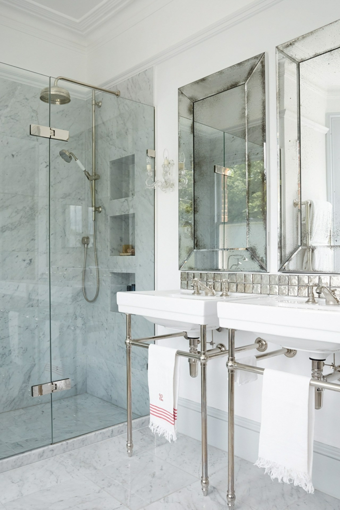künstlich veralteter Spiegel zwei Waschbecken, Duschkabine, weiße Kacheln