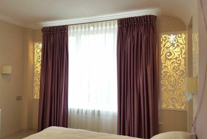 stilvolle fenstergestaltung mit weißen gardinen und dunkelroten vorhängen