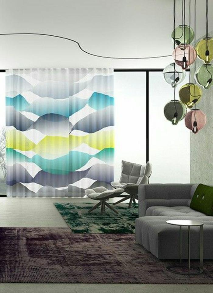 modernes wohnzimmer mit kreative gardinen in grau, blau und grün