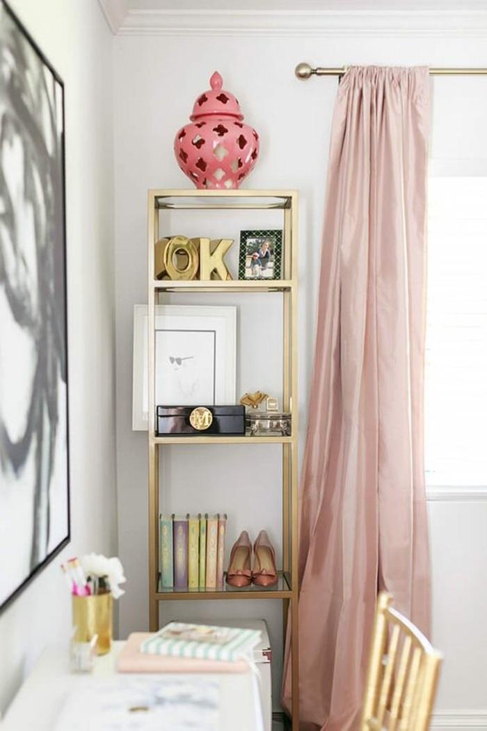 hübsche fenstergestaltung im arbeitszimmer mit rosa vorhang