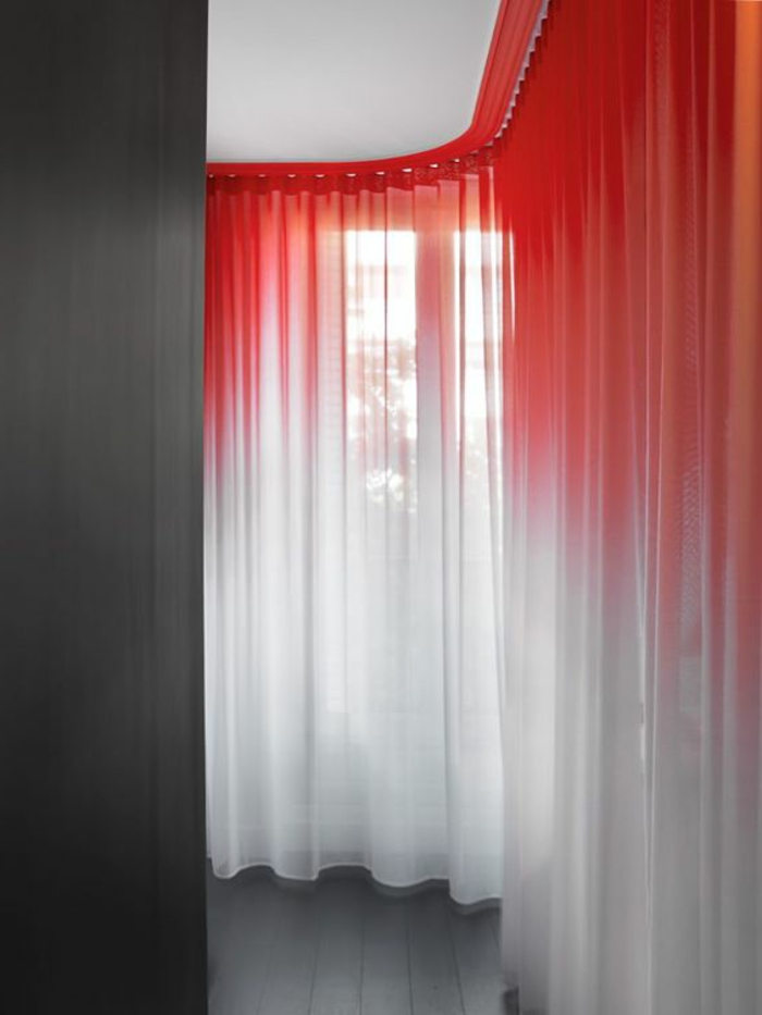 interessante moderne gardinen in weiß und rot als farbakzent