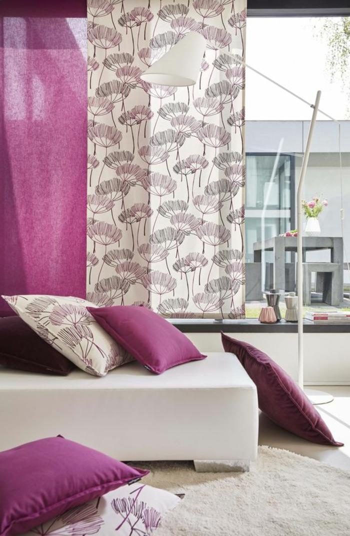 moderne schiebevorhänge in beige und lila im wohnzimmer