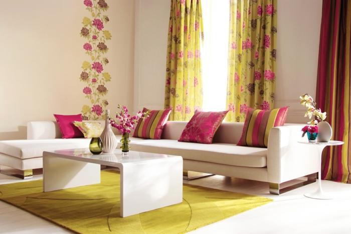 kreative gestaltung im wohnzimmer mit weißem sofa und bunten gardinen