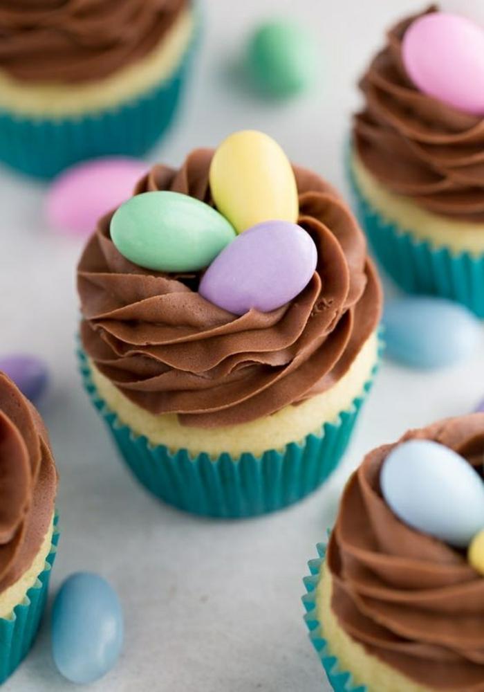 cupcake dekoriert mit schokosahne und eiern aus fondant