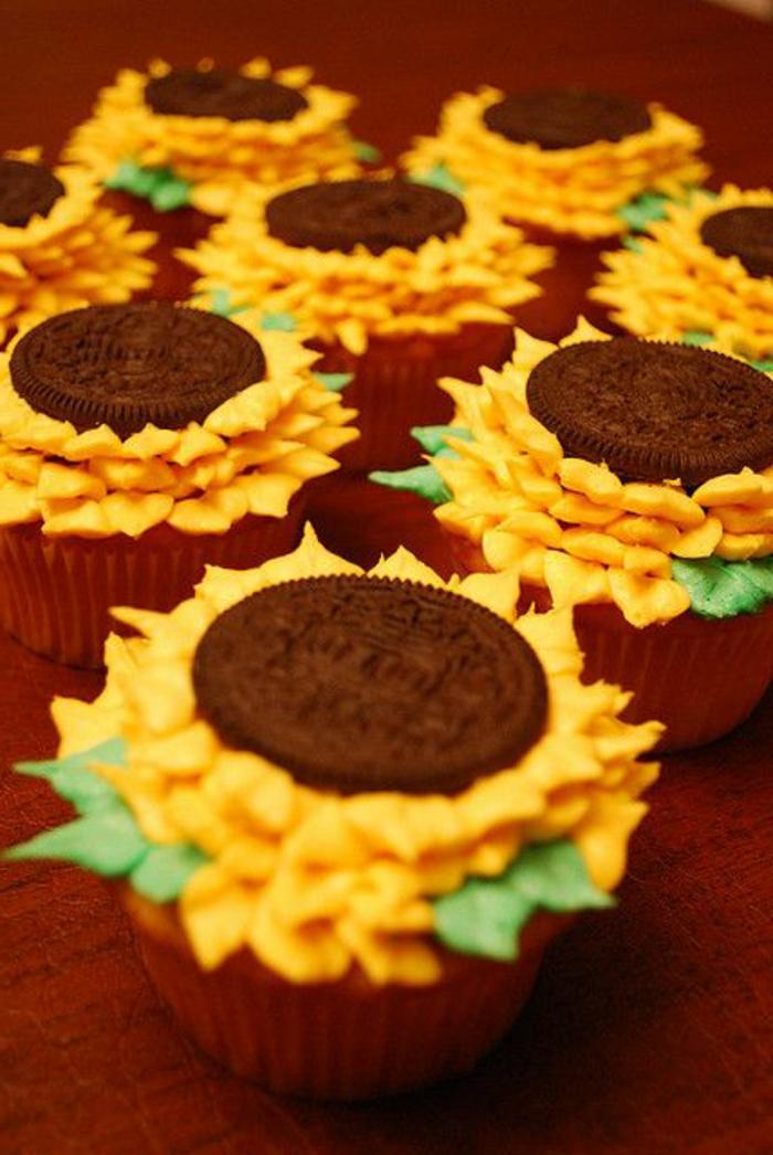 sonnenblumen aus gelber sahne und oreo-kekse