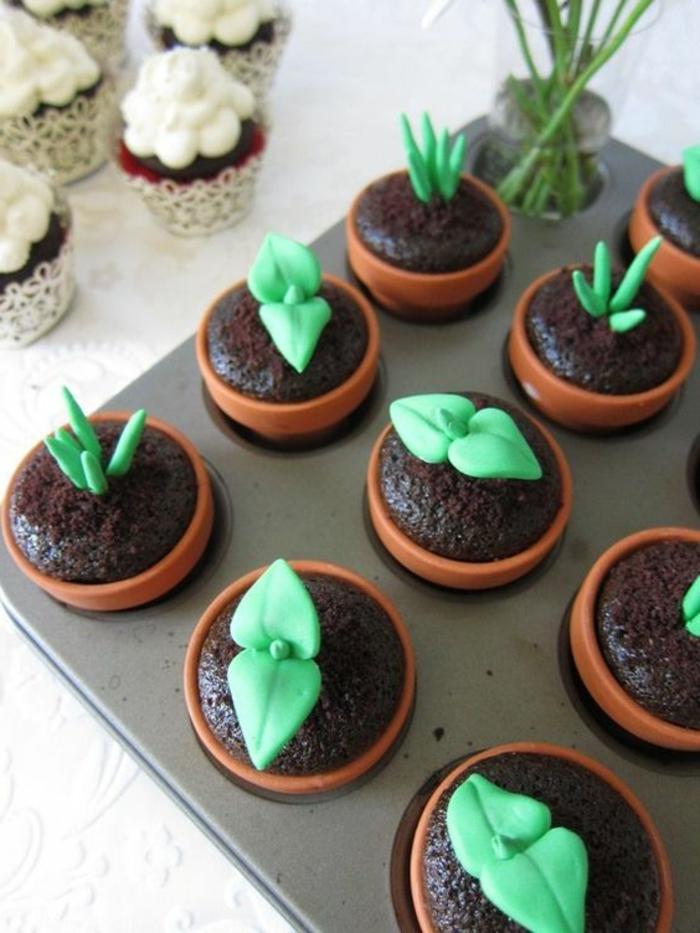 schoko-cupcakes dekoriert mit grünen blättern aus fondant