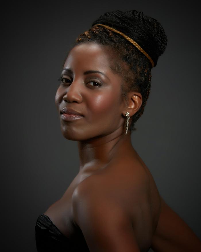 dezentes make up afroamerikanische frau mit schönem makeup dezente schminke selbstbewusst