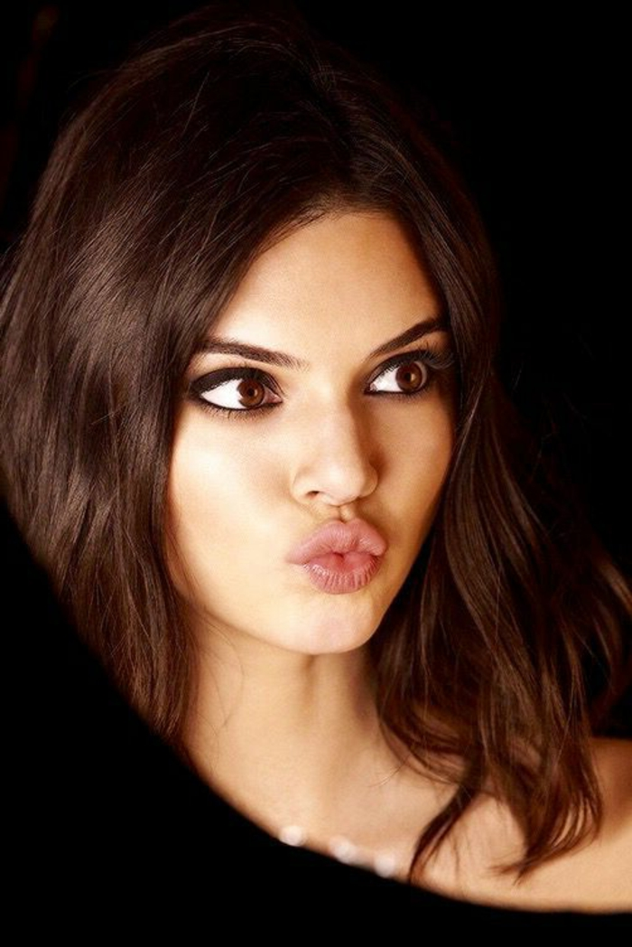 augen schminken mit lidstrich lidschatten pinsel augenbrauen form kuss humorvolle frau macht sich spaß