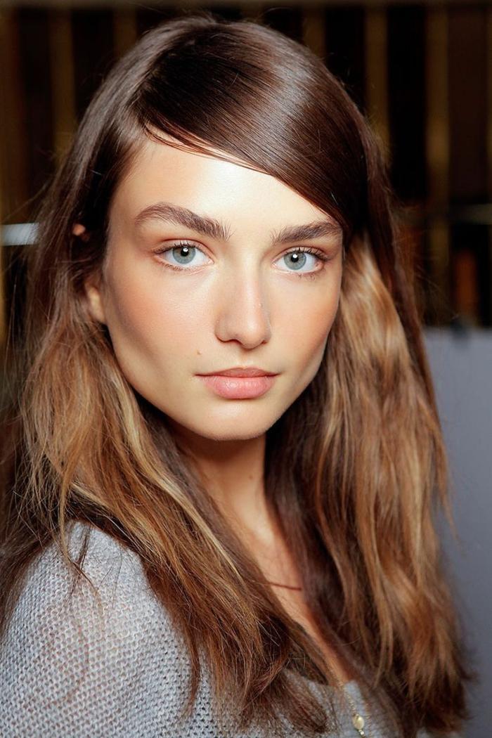 natürlich schminken blaue augen schminken volle lippen rouge augenbrauen lange haare foundation