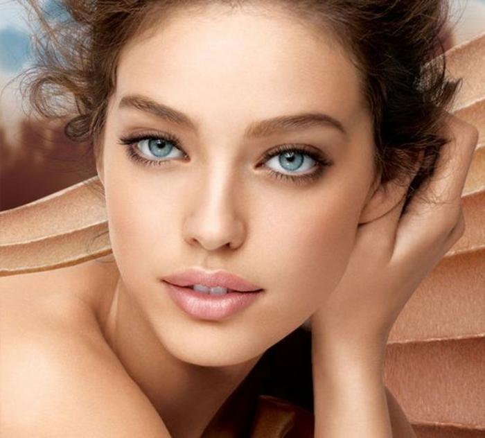 natürliche schminke blaue augen große augen von schöner frau volle lippen in rosa farbe augenbrauen