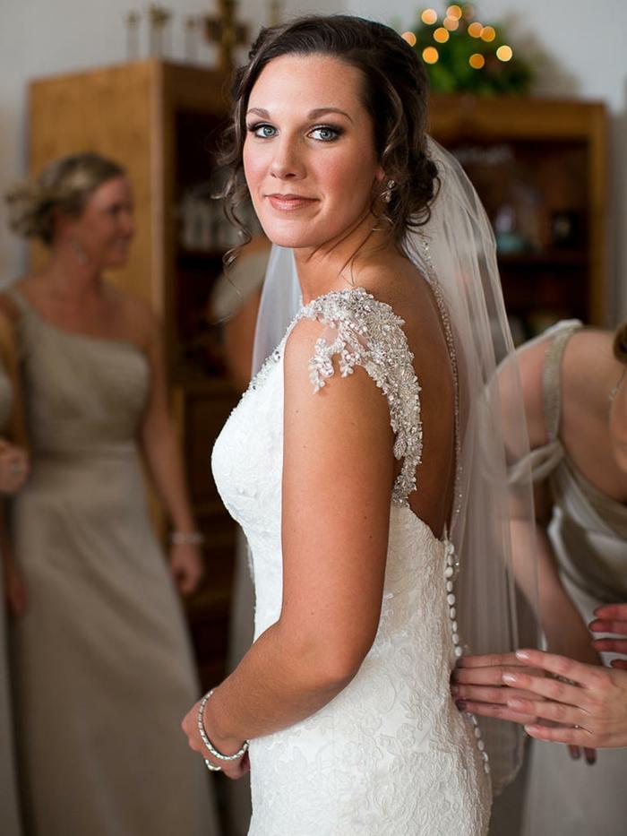 natürliche schminke braut make up weißes kleid mit vielen perlen dezente schminke für hochzeit