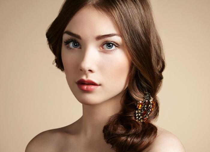 natürliche schminke bildschöne frau mit lockigen braunen haaren volle rote lippen blaue augen