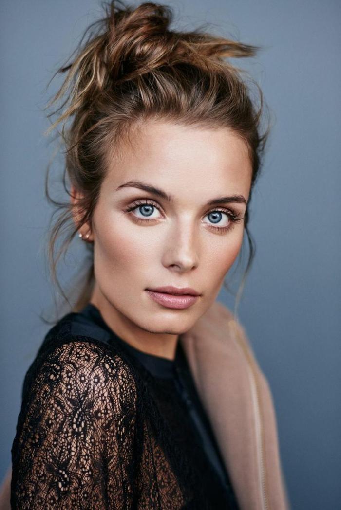 natürliche schminke dezente schminke blaue augen augenbrauen schminken spitze bluse model