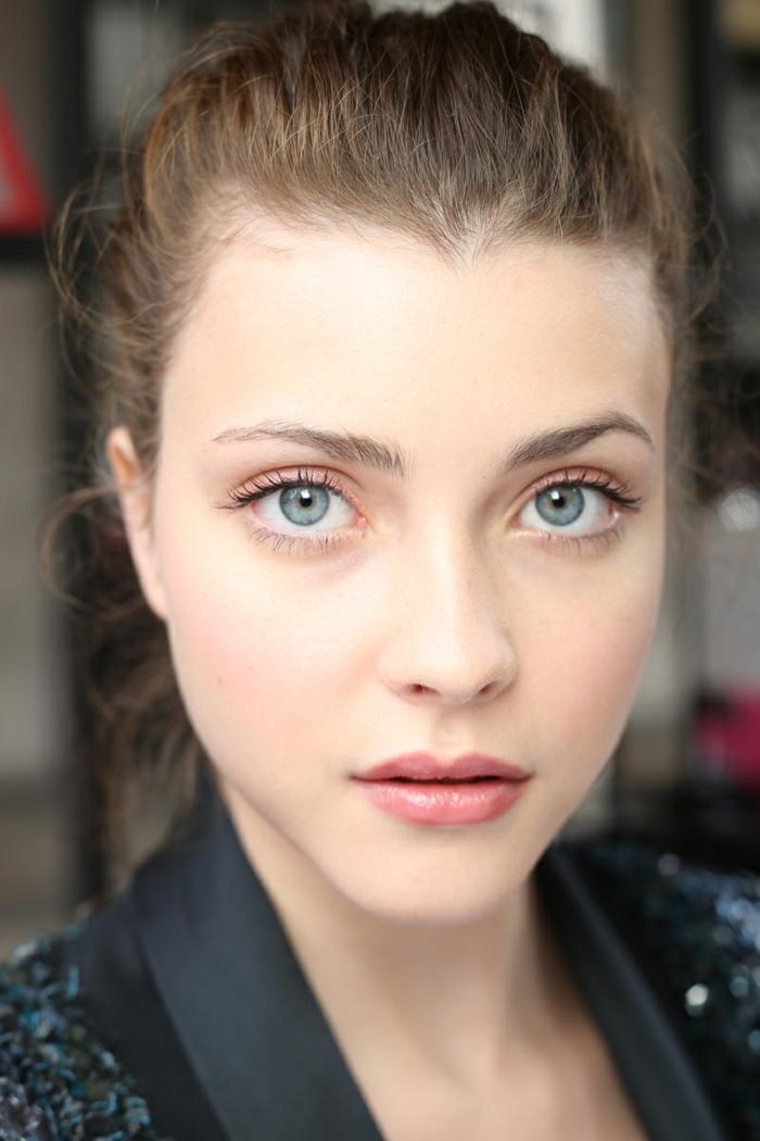 dezentes make up blaue augen wimpern augenbrauen rosa lippen glänzende bluse lidschatten