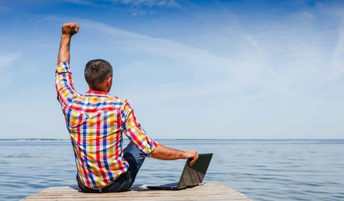 Ortsunabhängige Arbeit, Meer, Laptop, digitale Nomaden