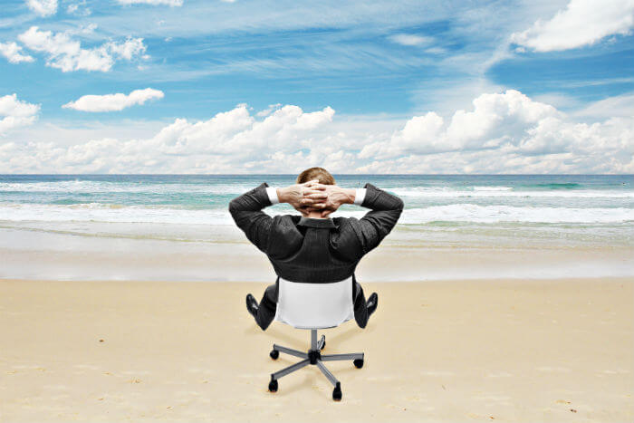 Businessman, ortsunabhängige Arbeit, Bürostuhl, Meer, Stand