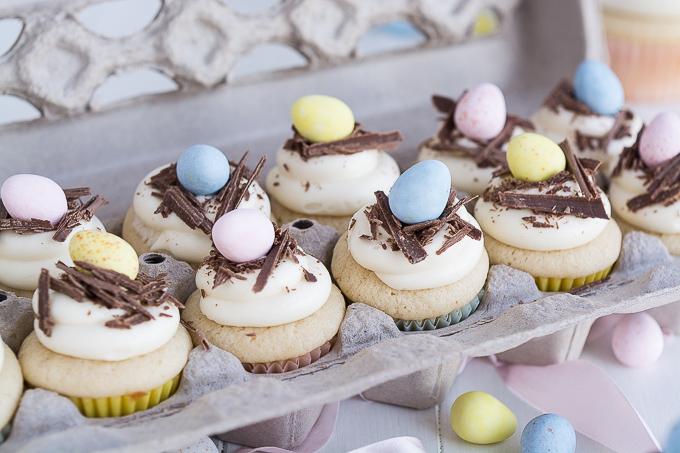 Eierkarton voller selbstgemachte Oster Cupcakes mit viel Schokolade