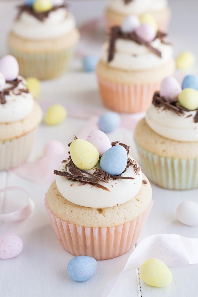 große Oster Cupcakes mit Schokoladenraspeln und bunte Eier als Dekoration