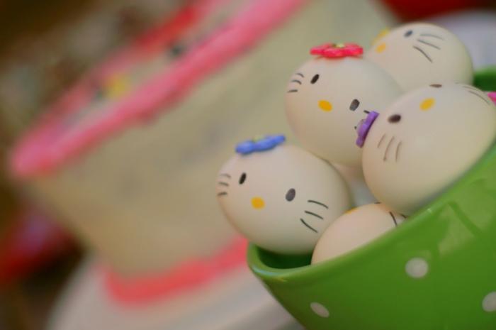 Eier mit Hello Kitty Gesichter - alle mit verschiedene Bänder in blauer, rosa und lila Farbe