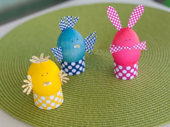 drei verschiedene Eier in gelber, blauer und rosa Farben wie Tiere