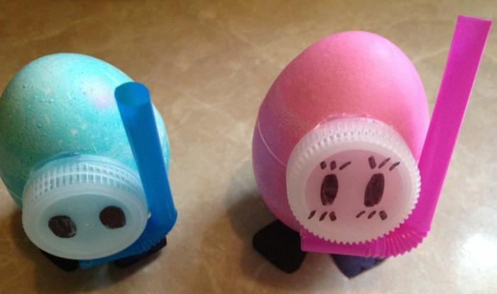 ein Mädchen und ein Junge die Taucher sind - Eier Gesichter -wiederverwertete Materialien