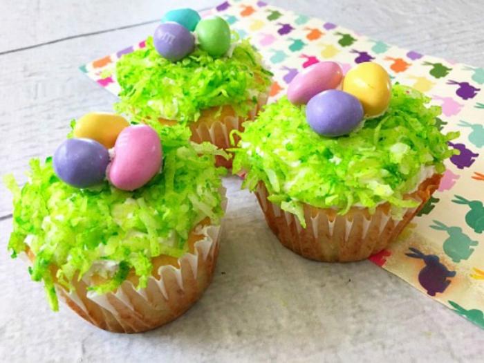 Cupcakes wie grünen Grass voller bunte Eier in rosa,lila und gelber Farbe