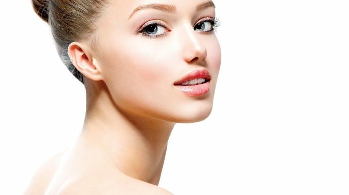 augen schminken große blaue augen von feiner frau glatte haut und volle lippen augenbrauen