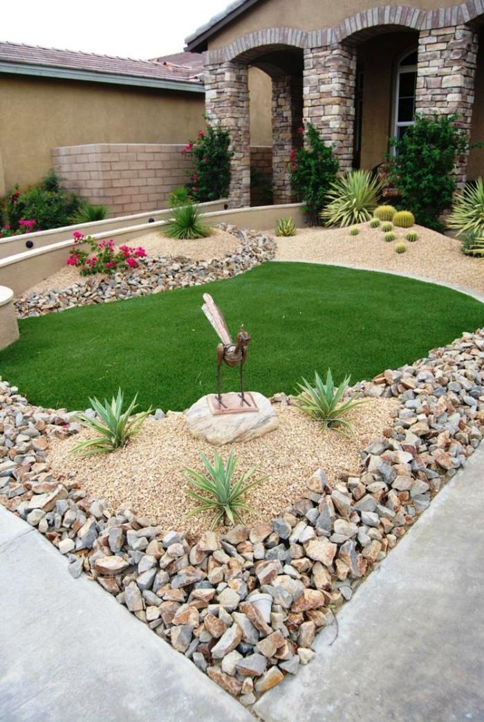 kreative Vorgartengestaltung mit einer Figur von Vögel aus Bronze