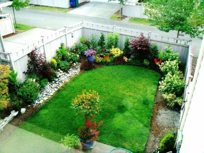 Vorgartengestaltung in einem kleinen Garten mit Kies, Grass und Beete