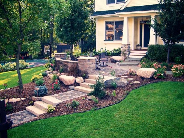 Vorgartengestaltung mit Treppen, rosa Blumen und Blumenbeete, dünne Bäume