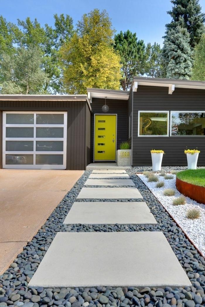 Vorgartengestaltung mit Kies in grauer Farbe - viel Graß und Beete