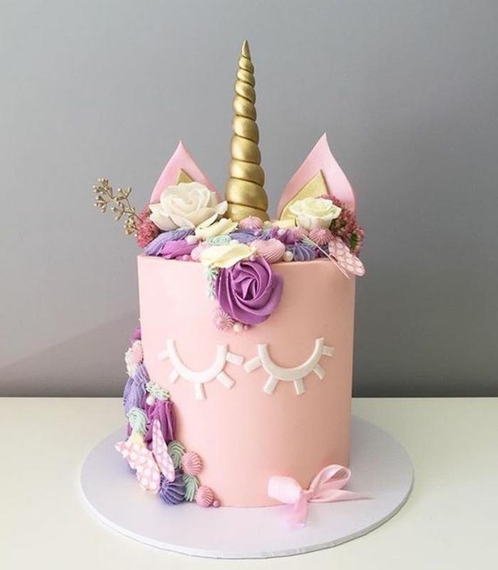pinke einhorn torte mit einem goldenen horn