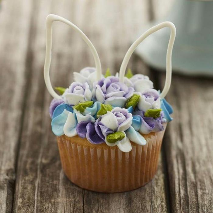 Osterhase Ohren mit Blumen in lila Farbe - Rezepte zu Ostern