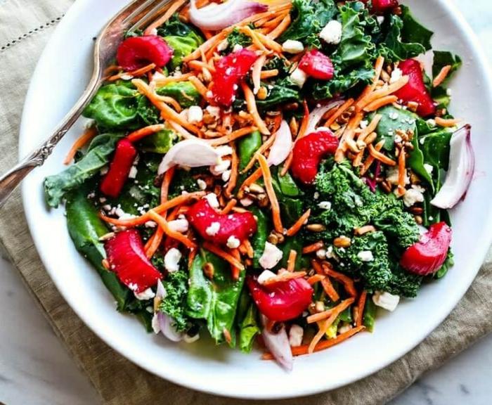 Salat mit Rhabarber, Karotten, Brokkoli, Spinat, Käse und roten Zwiebeln