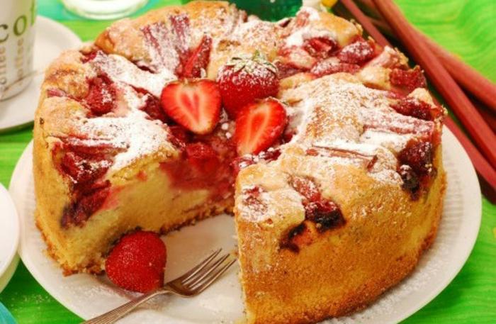 Kuchen mit Rhabarber und Erbeeren, Puderzucker und Sahne